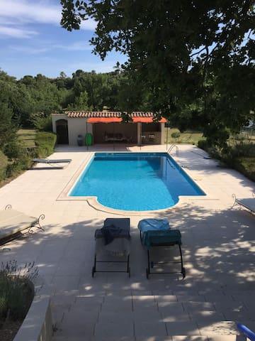 Bel appartement dans mas Provencal avec piscine