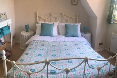 Lovely double bedroom - 10 minutes from Gatwick