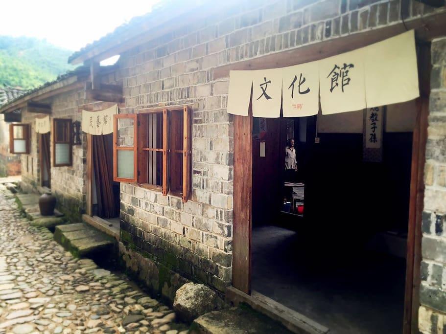"""我们团队在外部开设了三个馆,根据当地民俗民艺取名""""文化馆""""、""""民艺馆""""和""""文化馆"""",暂不对游客开放,入住者可以从内厅进入,亲身体验当地民艺女红等手工。"""