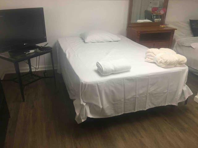 Private furnished double room with 2 full beds