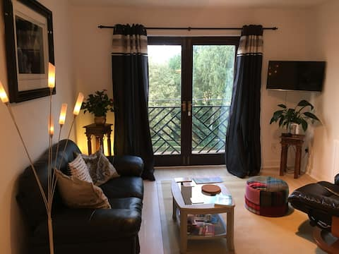 NEW! River-Fronted Large Room Flat WITH PARKING:)❤️
