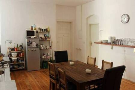 Cozy room right next to Mauerpark in shared flat - Berlin - Apartment