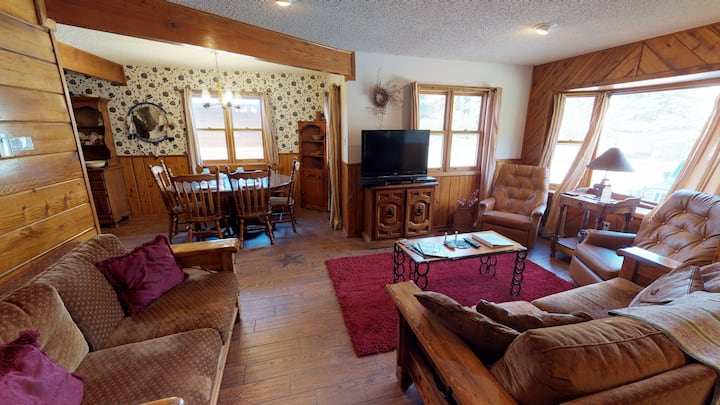 Lady Victoria - Stand Alone Home in Tenderfoot, Downstairs Master, Washer/Dryer, Trailer Parking