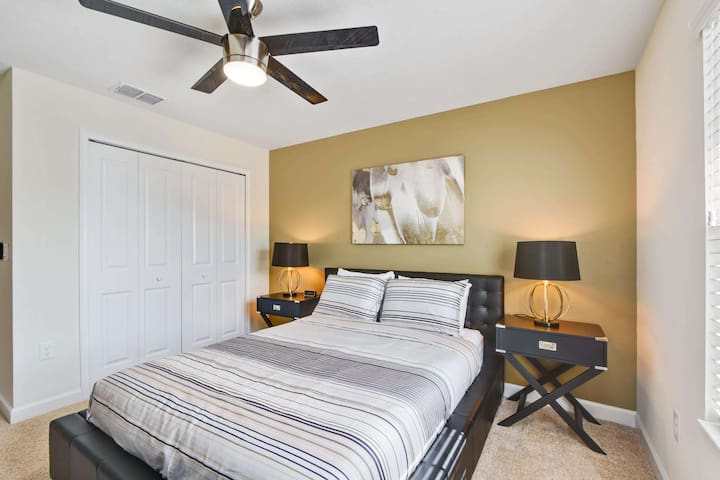 This fabulous queen bedroom is the perfect place to relax and drift off to a refreshing night's rest - so you can enjoy the nearby theme parks of Orlando in the morning with your family.