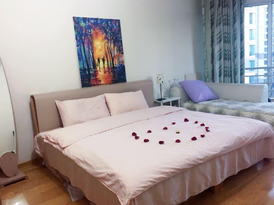 带卫生间的主卧-为情侣而特别准备的粉色床单和玫瑰心