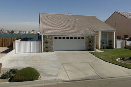 Beautiful Lake-side Vacation home! - Victorville