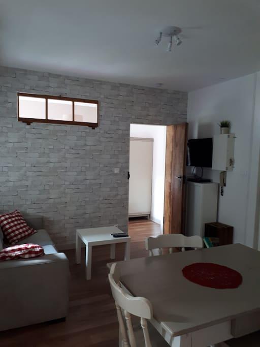 Vue du salon avec porte donnant sur la chambre