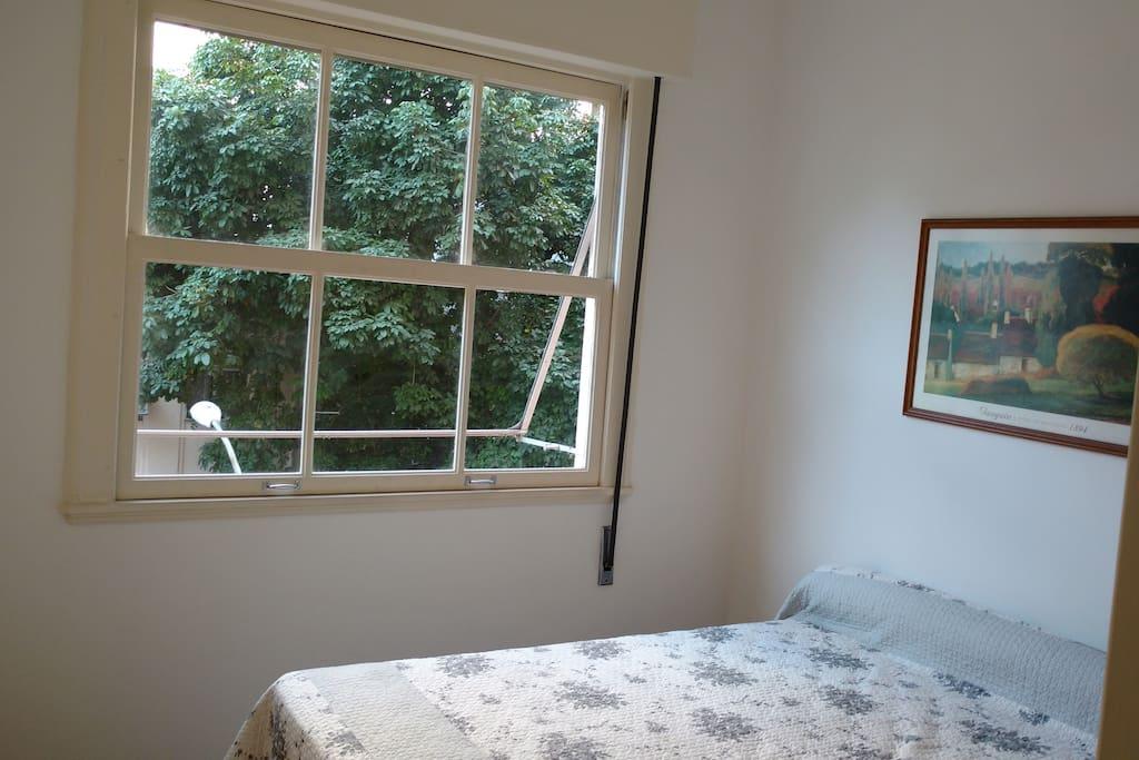 Quarto 1 vista janela