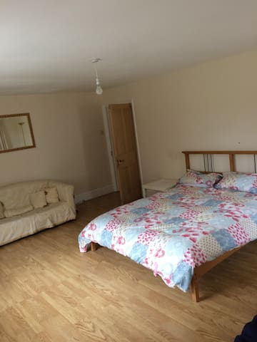 King size bed in large detached countryside home - Caernarfon - Rumah