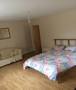 King size bed in large detached countryside home - Caernarfon - Haus
