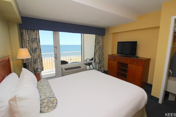 Oceanfront Suite w/ Sauna, Balcony & Full Kitchen