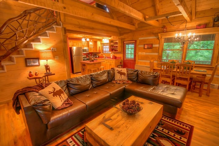 Cute 2BR Cabin, Close to Attractions, Wood Burning Fireplace, Fire Pit