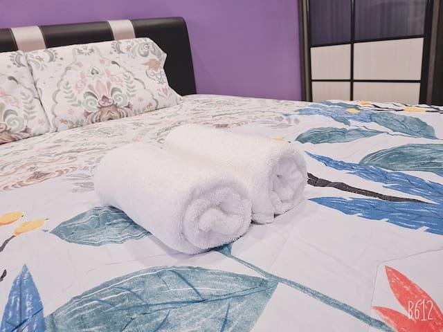 Master Bedroom, disediakan 2 helai tuala.