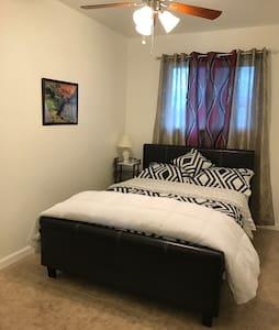 Specious Cozy Small Home B1 - Visalia - Hus