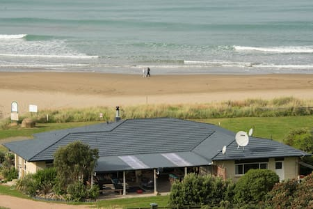 Porangahau Beach House with mesmerising sea views!