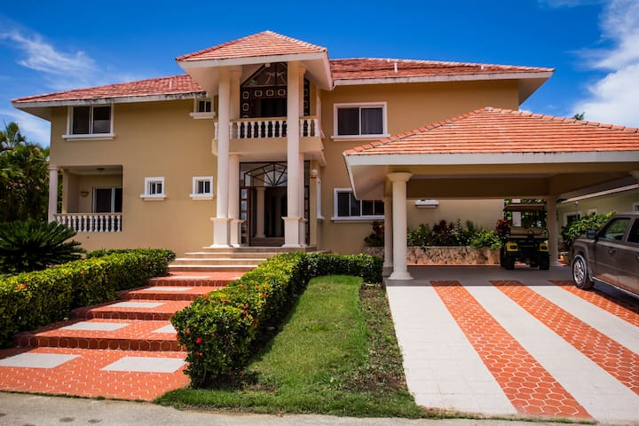 Middle of Everything - Cocotal - 5 Bedroom Villa