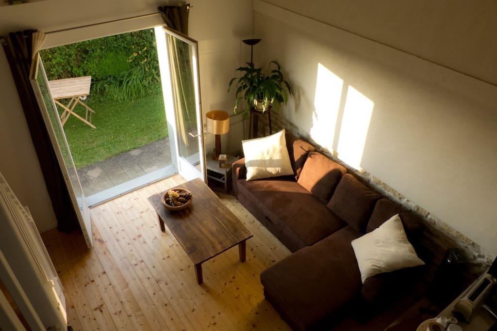 Au petit matin, le séjour est baigné de soleil car orienté plein Est / In the morning, the room is bathed in sunlight as facing East.