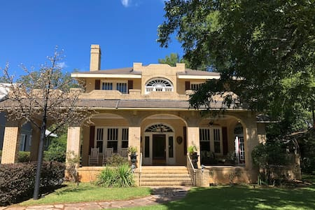 Entire 5 bedroom home. Hour from Masters Golf.