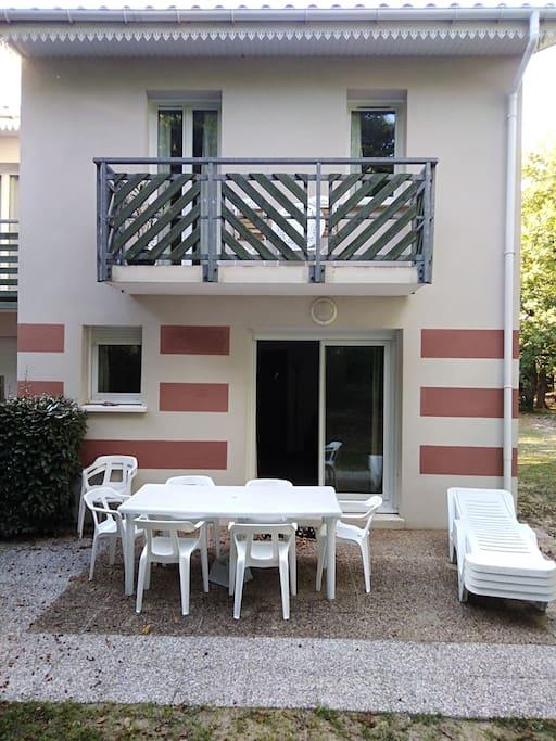 grande terrasse avec salon de jardin 8 fauteuils et 4 chaises longues