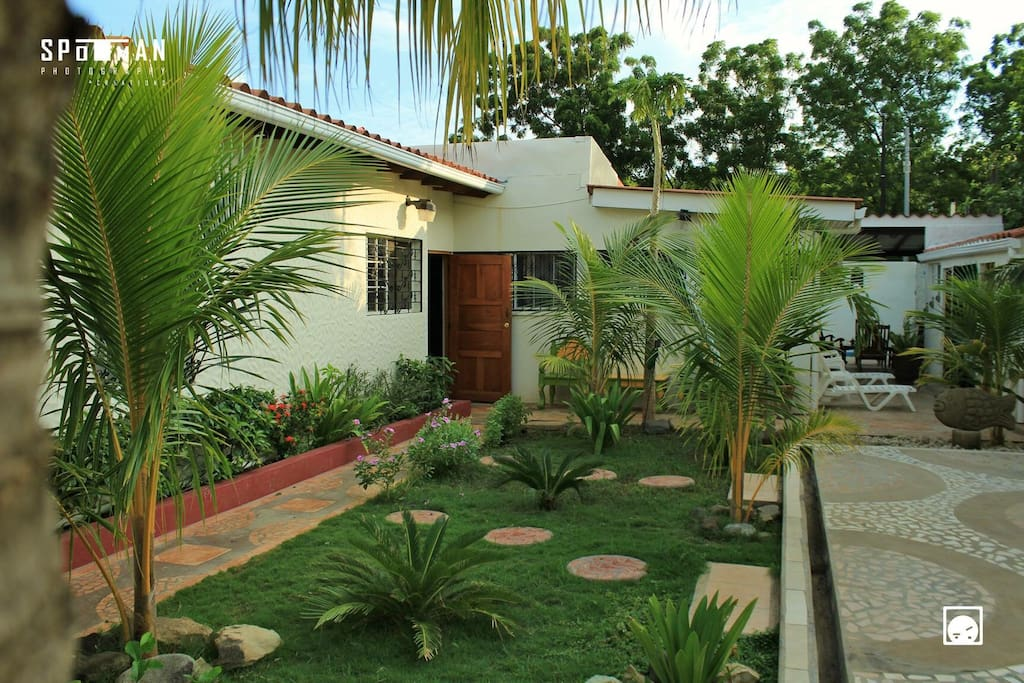 Jardín interno de la casa de playa