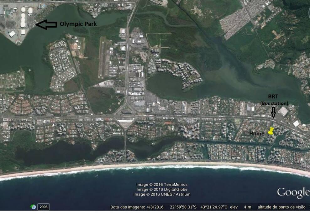 Imagem de satélite com localização do apartamento, da estação de ônibus mais próxima e do Parque Olímpico