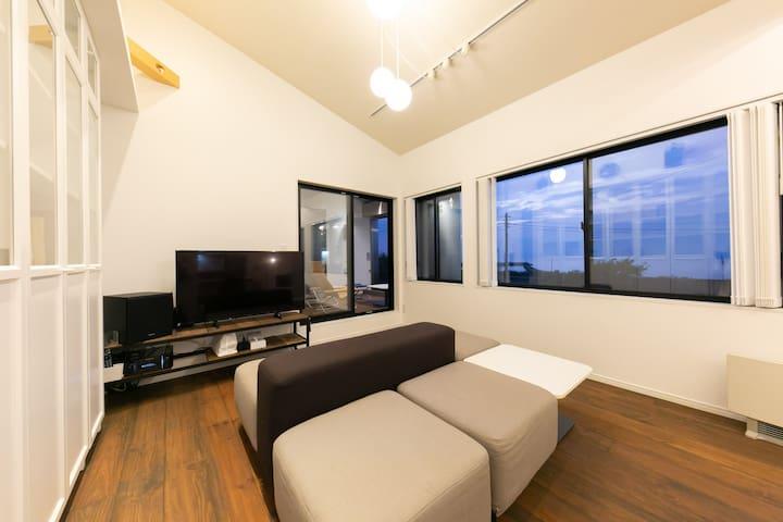 大画面テレビと座ることはもちろん、寝そべったりスタイルを選ばないソファ
