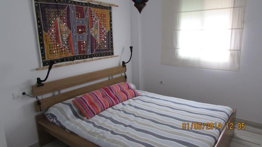 dormitorio espacioso con cama de 160 y posibilidad de cuna plegable