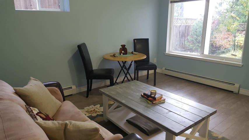 Private and Charming - 1 Bedroom Suite - Surrey - Ház