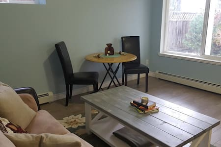 Private and Charming - 1 Bedroom Suite - Surrey