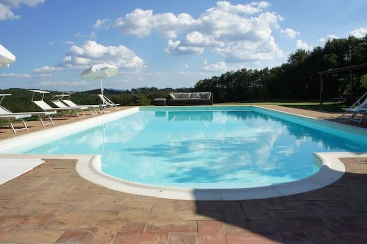 Charming Villa near Siena with pool, sleeps 14 !