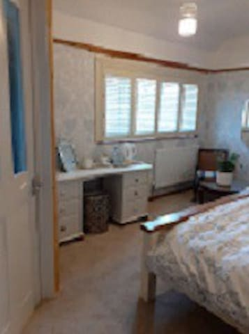 Light and Airy Double Rm with En Suite Shower Rm