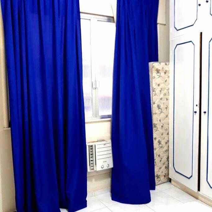Quarto com ar condicionado e cortinas blackout