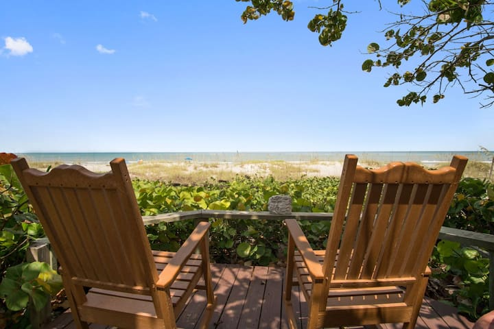 A Tropicial 1BR Oceanside Cottage at Cocoa Beach!