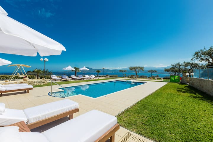 The outdoor area of the Villa is complemented by the 33 m2 private swimming pool.