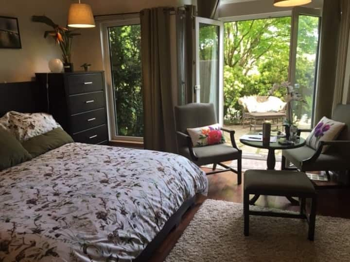 Private Kingsize Suite 1 block from Kits Beach!
