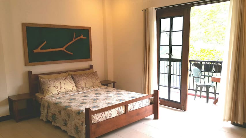 Recuperate at the Heritage House's Masters Room - Cebu City - Huis