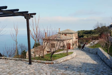 Mountain country house with amazing sea view - Mouresi - Rumah