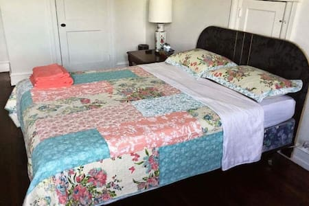 Comfortable Queen Size Bed with Basics 308 - Upper Darby - Rumah