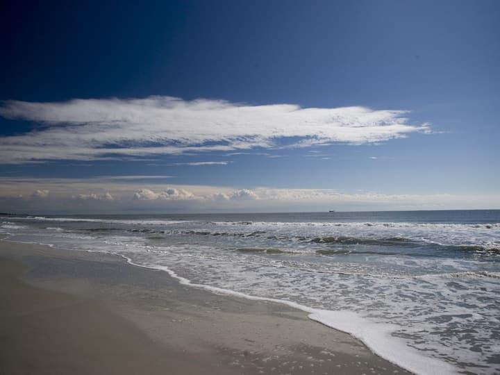2 bdrm/2 bath-Walk to Beach-Top Floor!