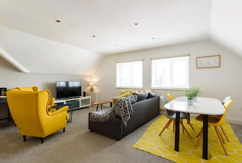 Large Loft Apt near Cardiff Centre- Sleeps 4