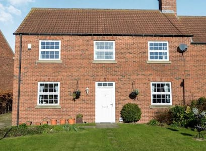 Lovely 4 bed village home near North Yorks Moors - West Rounton