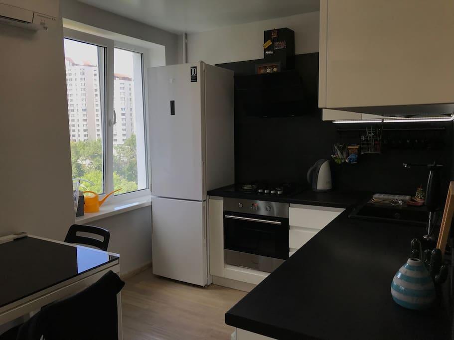 На кухне есть встроенная посудомоечная машина, посуда и столовые приборы