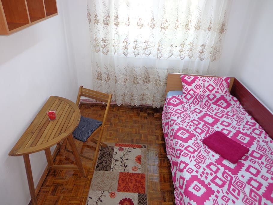 The other bedroom with a single bed.