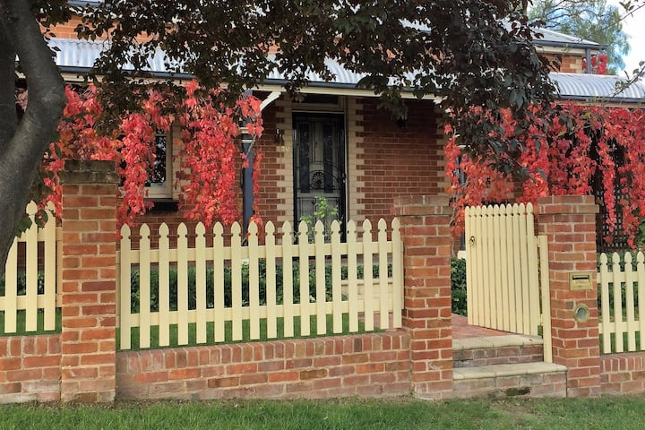 Peppertree Cottage -WiFi, Foxtel, Central & Quiet