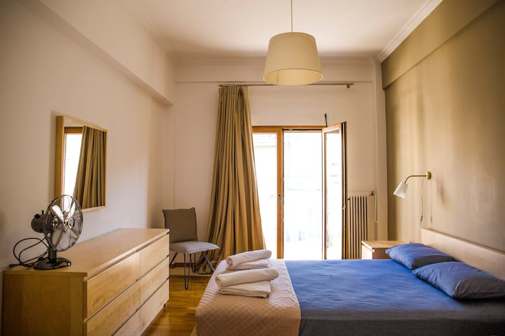 Sunny Apartment (90m2) in Athens center
