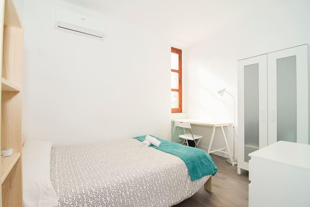 Habitación con cama doble muy luminosa