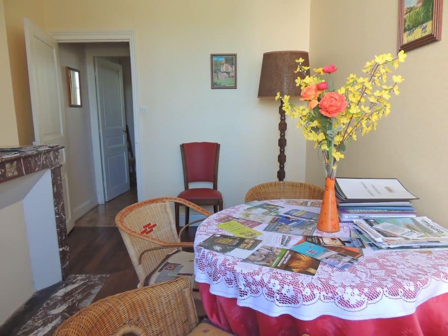Salon de détente, avec une riche documentation à disposition, pour mieux programmer vos visites.