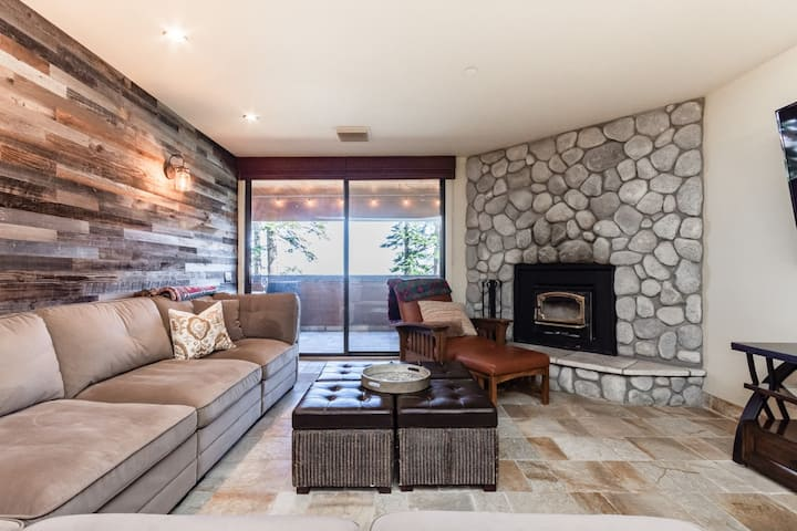 Updated Ski-in/Ski-out Condo with mountain views, wifi and fireplace