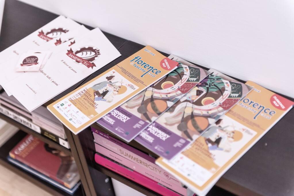 Piccola libreria fornita di mappe e informazioni turistiche