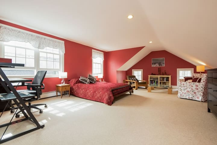Loft Bedroom in historic Schoolhouse - Bryn Mawr - Дом